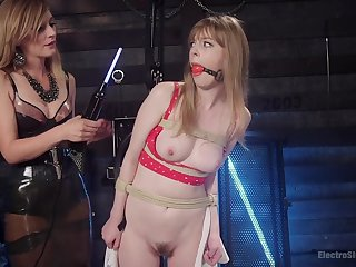 Dolly Leigh knows how to use all sex toys for a lesbian orgasm